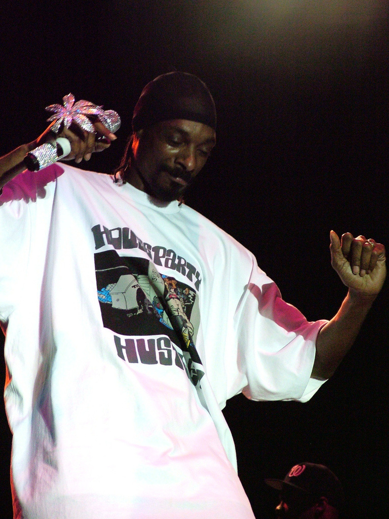 Snoop_Dog_Dancing_On_Stage_jpg